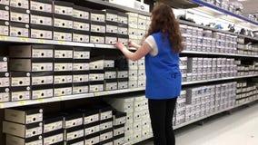 De kousschoenen van de opslagbediende voor verkoop stock video