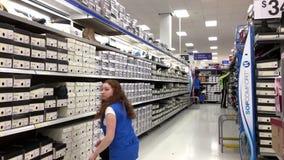 De kousschoenen van de opslagbediende voor verkoop stock videobeelden