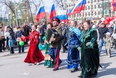 De kozak met vrouwen zingt liederen op optocht Stock Foto's
