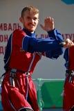 De Kozakdans met sabels in traditionele kleren Royalty-vrije Stock Fotografie