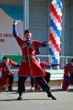 De Kozakdans met sabels in traditionele kleren Pyatigorsk, Rusland Stock Fotografie