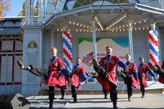 De Kozakdans met sabels in traditionele kleren Pyatigorsk, Rusland Royalty-vrije Stock Afbeeldingen