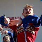 De Kozakdans met sabels in traditionele kleren Rusland Royalty-vrije Stock Foto