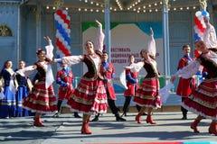 De Kozakdans in traditionele kleren Pyatigorsk, Rusland Stock Foto's