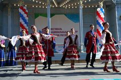 De Kozakdans in traditionele kleren Pyatigorsk, Rusland Stock Afbeeldingen