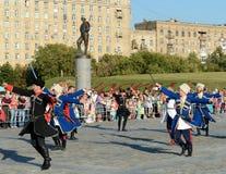 De kozakken voeren een dans met sabels op Poklonnaya-Heuvel uit Stock Afbeeldingen
