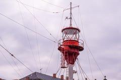 De kraaien nestelen en het lichte baken van een licht schip, ontwierp om te handelen royalty-vrije stock fotografie