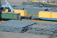 De kraan, de trein en het metaal van de havenlading Royalty-vrije Stock Fotografie