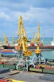 De kraan, de trein en het metaal van de havenlading Royalty-vrije Stock Afbeeldingen