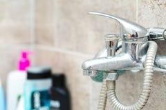 De kraan en de douche van Chrome in badkamers Stock Afbeelding