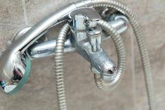 De kraan en de douche van Chrome in badkamers Royalty-vrije Stock Foto