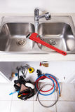 De kraan en de gootsteen van het keukenwater Stock Foto's