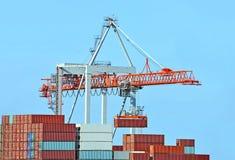 De kraan en het schip van de lading stock afbeeldingen