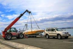 De kraan heft een boot op Stock Foto