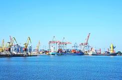 De kraan, het schip en de container van de havenlading stock foto's