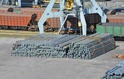 De kraan, de trein en het metaal van de havenlading Stock Fotografie