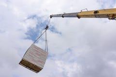 De Kraan van de boomvrachtwagen met Lading stock afbeelding
