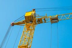 De kraan van de bouwtoren tegen de achtergrond van de blauwe dichte hemelhorizon Royalty-vrije Stock Fotografie