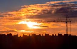 De kraan van de bouw bij zonsondergang Royalty-vrije Stock Foto