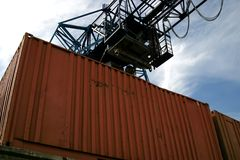 De kraan van de brug onder container Stock Afbeelding