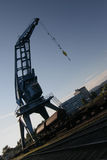 De kraan van de haven over gesloten goederenwagens in blauwe hemel stock foto
