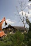 De Kraan van de vernieling begint onderaan mijn burenhuis te nemen Stock Fotografie