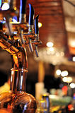 De kraan van het bier in de bar stock foto's