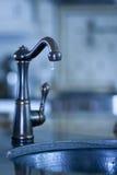 De kraan van het water met druipend water, tekort aan water royalty-vrije stock foto