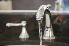 De kraan van het water met lopend water Royalty-vrije Stock Foto