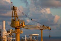 De kraan in zeeolie en gasinstallatie voor zware steun heft en brengt wat lading op over de andere plaatsen, de lading van de Kraa Royalty-vrije Stock Foto's