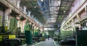 De kraanbewegingen van de fabrieksstraal bovenop een grote workshop De arbeiders bij het draaien draait ding metaalverwerking bij stock footage