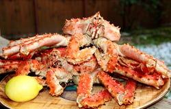 De krabben van de koning op de plaat Stock Afbeeldingen