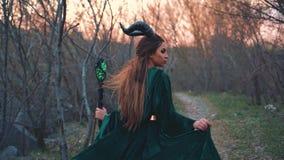 De krachtige gehoornde tovenares keerde huis in haar inheems bos, droevig verhaal over verlaten huis terug heks in lange velor stock footage