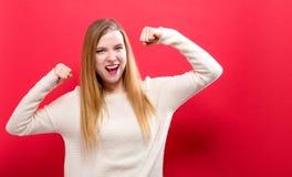 De krachtige jonge vrouw in een succes stelt Royalty-vrije Stock Afbeeldingen