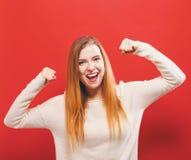 De krachtige jonge vrouw in een succes stelt Stock Afbeelding