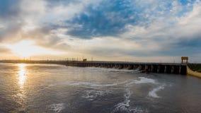 De krachtige stroom van water valt van het blind in de hydro-elektrische dam, stock foto