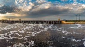 De krachtige stroom van water valt van het blind in de hydro-elektrische dam, royalty-vrije stock afbeeldingen