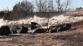 De krachtige wateren van de Heilige Louis River in Minnesota stock video