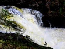 De krachtige waterval maakt het waterwit royalty-vrije stock afbeelding