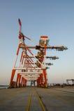De kranen bevinden zich nutteloos bij de containerhaven in Mijn Phy, Vietnam Royalty-vrije Stock Fotografie