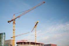 De Kranen Blauwe Hemel van de bouwtoren Royalty-vrije Stock Afbeelding