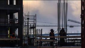De kranen die bij de bouw van de woonwijk in formerwerkenindustrialver*delen tijdtijdspanne in zones onder stock videobeelden