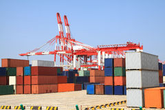 De kranen en de containerhandel van de haven Stock Foto's
