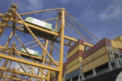 De kranen van de brug en de Schepen van de Container Royalty-vrije Stock Afbeeldingen
