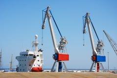 De kranen van de haven met schip stock afbeeldingen