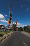 De kranen van de scheepswerf op de weg Stock Foto's