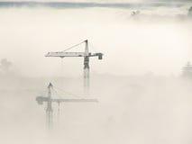 De Kranen van de toren door mist Stock Foto