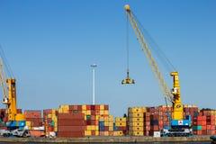 De kranen van de havenbrug en overzeese containers Stock Afbeeldingen