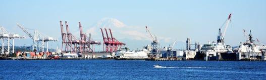 De kranen van de lading bij de haven stock fotografie