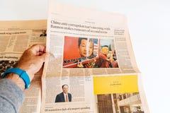 De krant Financial Times van de mensenlezing anti-corruptie in China royalty-vrije stock foto